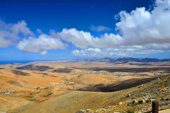 Вулканические горы, голубое небо и облака над Атлантическим океаном Стоковая Фотография RF