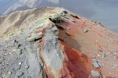 Вулканические красные, который замерли лава, зола и песок на горной цепи стоковые фотографии rf