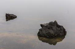 2 вулканические породы и картины песка в воде Стоковое Изображение RF