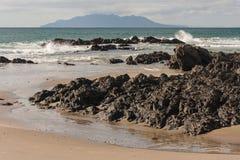 Вулканические породы на пляже на заливе анкера Стоковые Фотографии RF