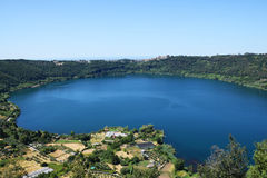 Вулканическое озеро nemi около Рима Стоковое Изображение RF