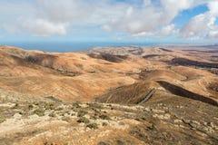 Вулканическое lanscape Панорамный взгляд на Фуэртевентуре от Mirador Morro Velosa, Фуэртевентура, Стоковое Фото