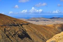 Вулканы и голубое небо над Атлантическим океаном Фуэртевентура Стоковые Фото