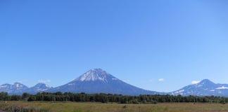 Вулканы Камчатки в лете стоковое изображение
