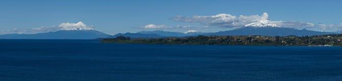 Вулканы Osorno и Calbuco - Puerto Varas - Чили Стоковое Изображение RF