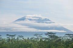 Вулкан в облаках, Индонезия Стоковое Изображение RF