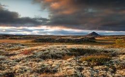 Вулкан Исландии - Vindbelgjarfjall на сумраке с красивыми облаками Стоковая Фотография