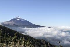 Вулкан над облаками стоковые фотографии rf