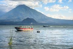 Вулкан & шлюпки, озеро Atitlan, Гватемала Стоковые Изображения RF