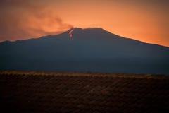 Вулкан Этна извергая на заходе солнца стоковая фотография