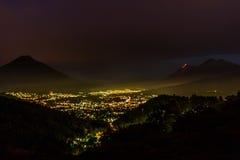 Вулкан Fuego извергает над Антигуой, Гватемалой Стоковые Фотографии RF