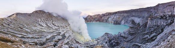 Вулкан Ijen с кратером бирюзы Стоковые Изображения RF