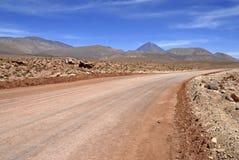 Вулкан Licancabur и вулканический ландшафт пустыни Atacama Стоковые Фотографии RF