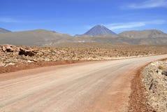Вулкан Licancabur и вулканический ландшафт пустыни Atacama Стоковые Изображения RF