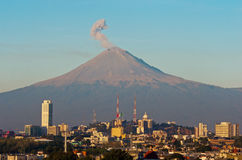 Вулкан Popocatepetl над городком Пуэбла, Мексики Стоковая Фотография RF