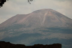 Вулкан Vesuvius увиденный от Помпеи Стоковые Фотографии RF