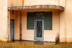 Входная дверь в старый покинутый строить стиля Арт Деко стоковые фотографии rf