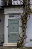 Входная дверь к жилому дому в Лондоне Типичная дверь в английском стиле стоковое фото rf