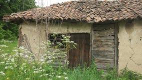 Входная дверь к старому и получившемуся отказ дому стоковая фотография