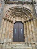 Входная дверь парадного входа монастыря Carboeiro, Галиции, Испании стоковые фото