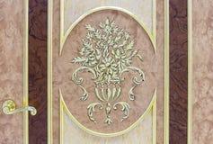 Входная дверь с позолоченными отделкой и флористическими дизайнами стоковая фотография rf