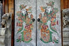 входы фарфора chengdu вручают старый покрашенный городок стоковое фото