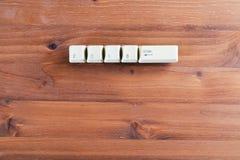 2018 входят в на клавиши на клавиатуре компьютера на деревянной предпосылке ново Стоковые Изображения RF