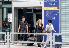 Вход авиапорта с людьми Стоковые Изображения