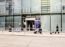 Вход авиапорта с людьми Стоковые Фото