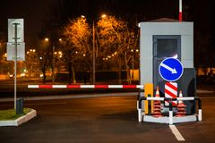 Вход автостоянки барьера к месту для стоянки и барьеру Стоковые Фото