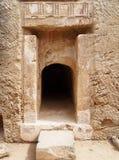 Вход высекаенный в утес с высекать и штендеры на усыпальнице королей в Кипре стоковая фотография