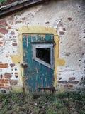 Вход в голубую покрашенную древесину бывшей курятники в течение длительного времени неиспользованной, французскую сельскую местно стоковое фото rf