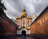 Вход в комплекс православной церков церков стоковые изображения rf