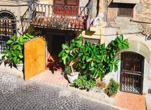 Вход в типичный итальянский дом в городке Сицилии Monreale стоковая фотография