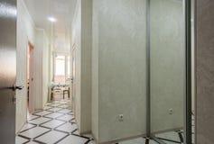 Вход до одна квартира комнаты, внутренняя стоковое изображение