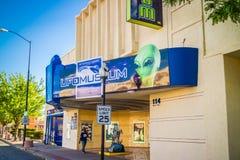 Вход идя внутри музея UFO в Roswell стоковое изображение
