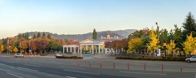 Вход кампуса Seongseo университета Keimyung и Эдвард Адамса Hall поклонения и хваления стоковое фото