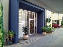 Вход кондоминиума обрамленный с фиолетовым цветом Стоковые Фотографии RF