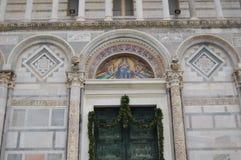 Вход к баптистерему ` s мира самому большому в Пизе, Италии стоковые фото