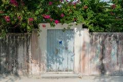 Вход к двору дома в деревне на тропическом острове Стоковая Фотография RF