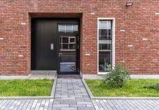 Вход к магазину Стеклянная дверь в доме в стиле просторной квартиры Дом красного кирпича Стоковые Изображения