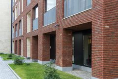 Вход к магазину Стеклянная дверь в доме в стиле просторной квартиры Дом красного кирпича Стоковая Фотография