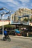 Вход к Марине с мемориальным комплексом на предпосылке, Eilat drawbridge и Hilton Hotel, Израилем стоковые фото