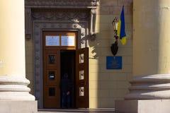 Вход к месту избирательного участка в здании университета Избрание президента Украины Украинский флаг стоковая фотография rf