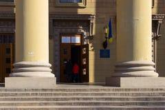 Вход к месту избирательного участка в здании университета Избрание президента Украины стоковые фотографии rf