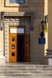 Вход к месту избирательного участка в здании университета Избрание президента Украины стоковое изображение