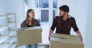 Вход к новому дому новой ведьмой женатых пар soo возбужденное нового дома они нося большие коробки к видеоматериал