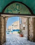 Вход к старой гавани в Monopoli, провинции Бари, Apulia, южной Италии Стоковая Фотография
