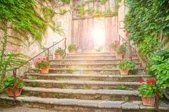 Вход к старому европейскому саду на заходе солнца Стоковое Изображение