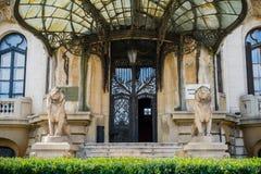 Вход к старому зданию, городской Бухарест стоковые фотографии rf